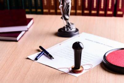 documento con timbro e penna su scrivania