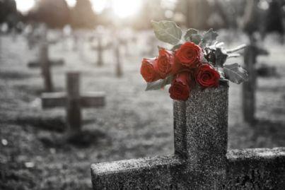 mazzo di rose su una tomba