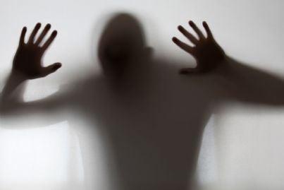 uomo dietro un vetro concetto tortura