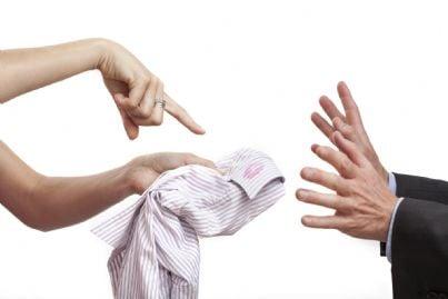 Donna che mostra al marito il colletto sporco di rossetto