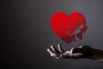 cuore spezzato in mano concetto di tradimento divorzio