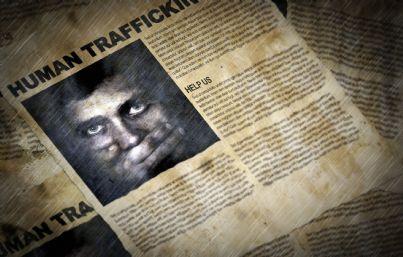 ritagli giornale che parlano di traffico esseri umani