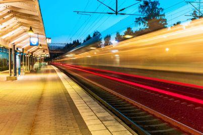treno che arriva in stazione e binari