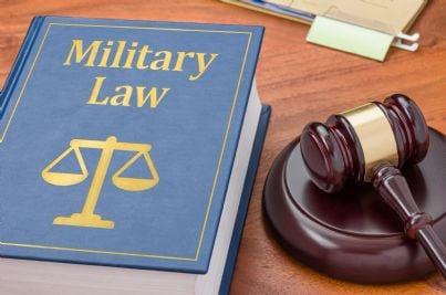 libro diritto militare con martello