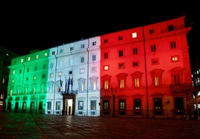 palazzo del Governo illuminato dal tricolore