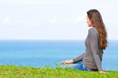 donna sola davanti al mare