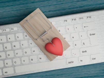 trappola con cuore e computer per frode su internet