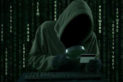 uomo guarda carta credito con lente concetto truffa