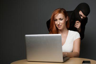 uomo che si nasconde dietro donna al pc concetto truffa online