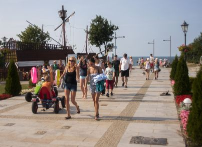 turisti che camminano in costume
