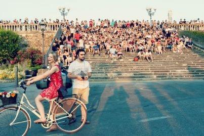 moltitudine di turisti seduti sulle scale in centro a Firenze