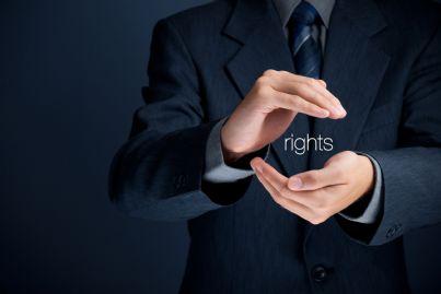 avvocato che racchiude con le mani la parola diritti