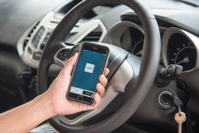 telefono con applicazione uber aperta