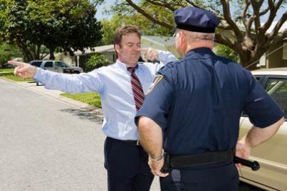 Uomo in stato di ebrezza fermato dalla polizia