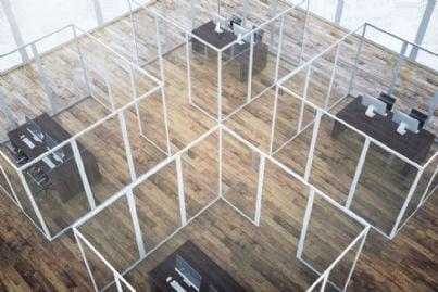 ufficio diviso con pannelli di plexiglass