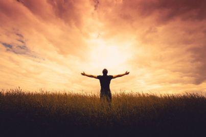 Sagoma di un uomo davanti a un tramonto