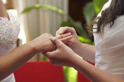 unione civile tra due donne gay che si scambiano anelli