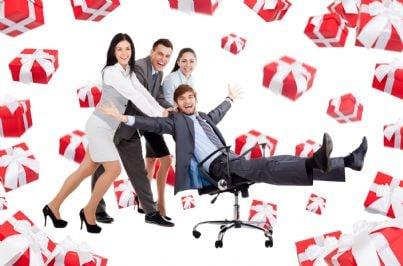 uomini e donne felici in mezzo a regali di Natale