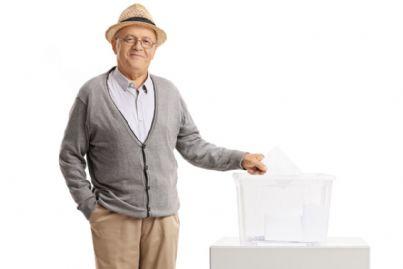 uomo anziano che vota