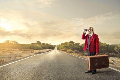 uomo anziano con valigia e cannocchiale