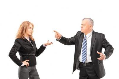 uomo inveisce contro donna