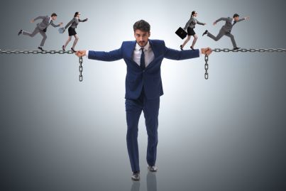 imprenditore in catene mentre i colleghi scappano