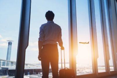 uomo in partenza con valigia