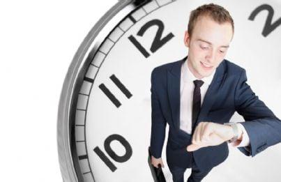 avvocato che guarda orologio per scadenza