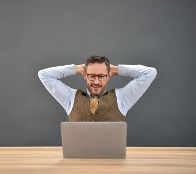 avvocato rilassato davanti al suo computer