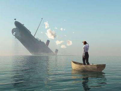 uomo in barca salvo dal naufragio
