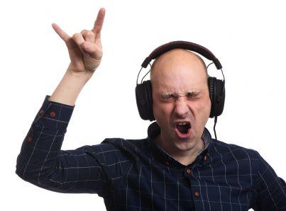 uomo canta con le cuffie