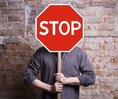 uomo con cartello di stop