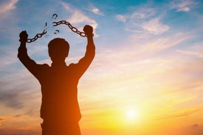 uomo con catena rotta nel tramonto per perdono ricevuto