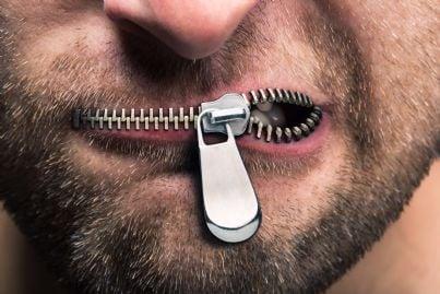 uomo con cerniera che chiude la bocca per censura