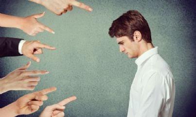 uomo colpevole indicato da molte mani