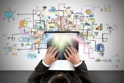 uomo al computer alle prese con progetto creativo online