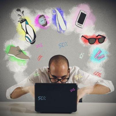 uomo al computer fa shopping online