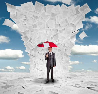 uomo con ombrello si protegge da pioggia di documenti