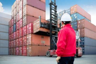 uomo controlla container prima del trasporto