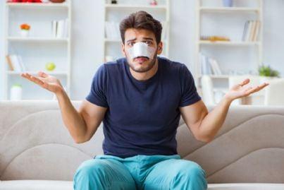 uomo con danni al naso per incidente