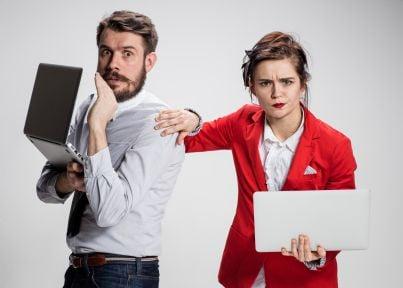due avvocati arrabbiati con computer
