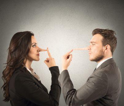 uomo e donna con naso lungo per bugia