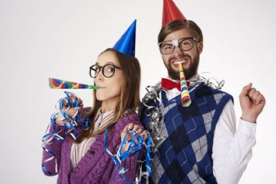 uomo e donna con cappello e trombette per festa