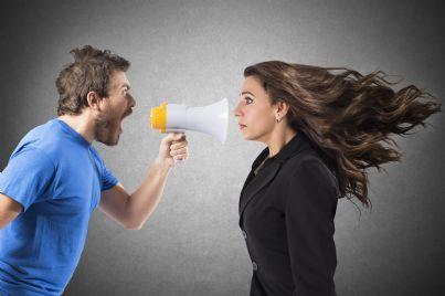 uomo e donna litigano con un megafono