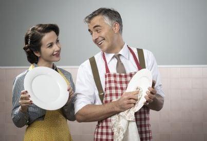 marito e moglie che lavano piatti sorridenti