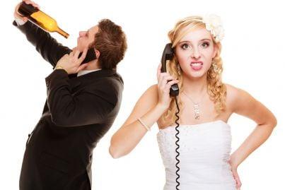 moglie arrabbiata mentre il marito si ubriaca