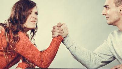 marito e moglie che fanno braccio di ferro per assegno di divorzio