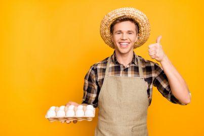 uomo con cesto di uova in mano