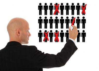 imprenditore uomo che taglia posti di lavoro