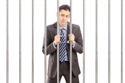 uomo con manette in carcere